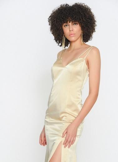 Zeynep Ökmen Sırtı Acık Yırtmaçlı Uzun Gece Elbisesi Krem